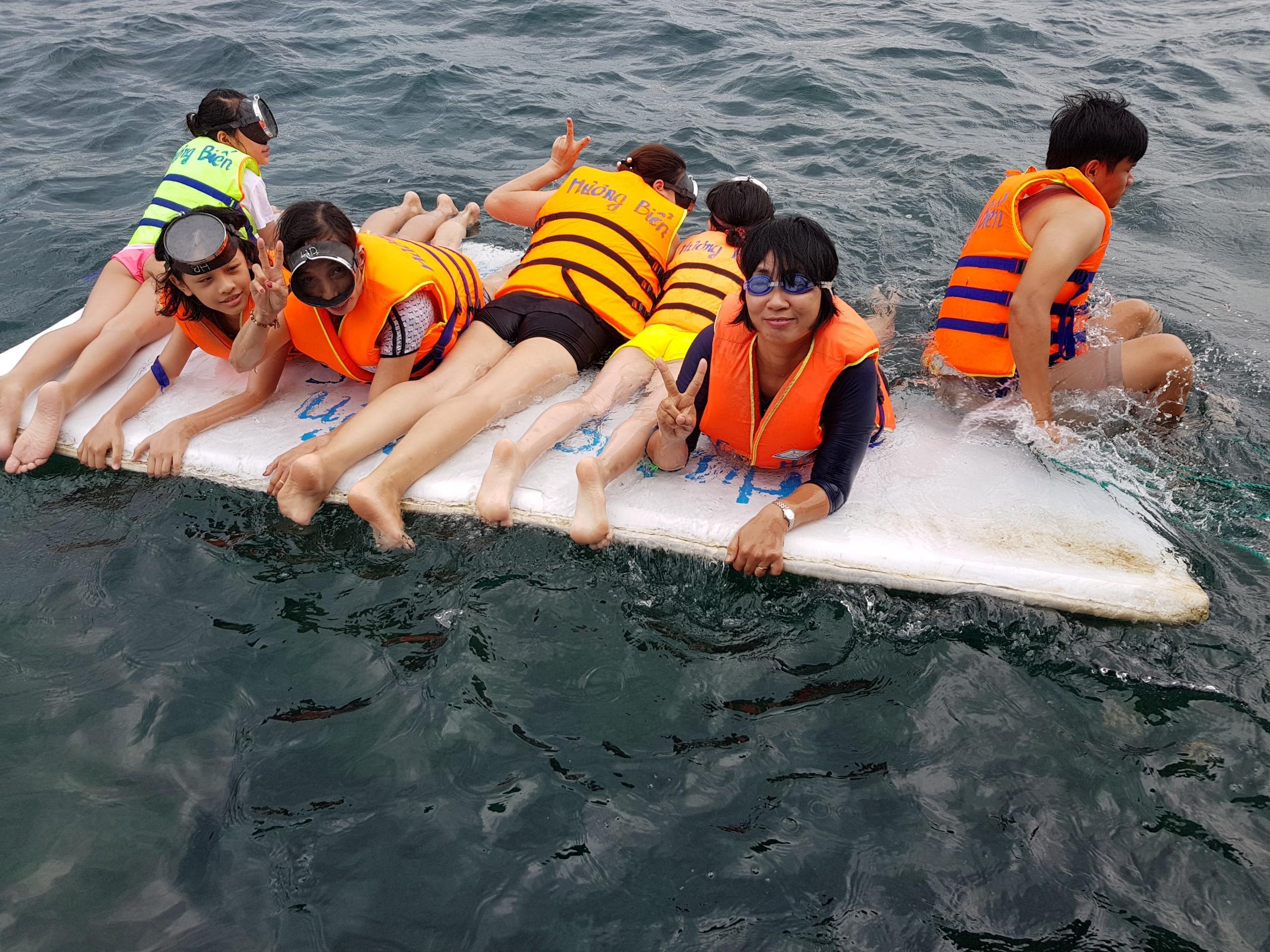 Đoàn du lịch NMS ngắm san hô tại đảo Hòn Khô