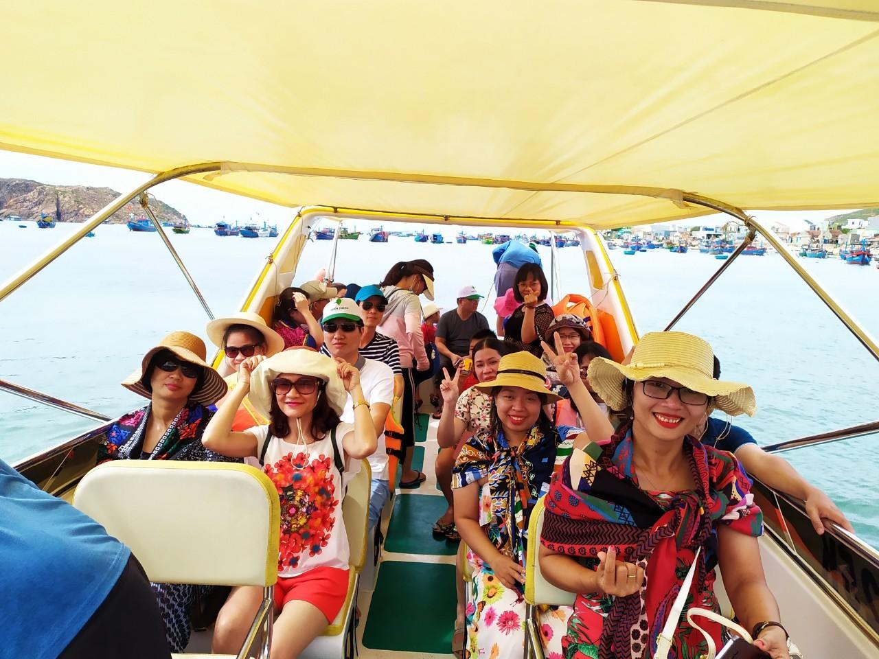 Đoàn du lịch NMS tham quan đảo Hòn Khô