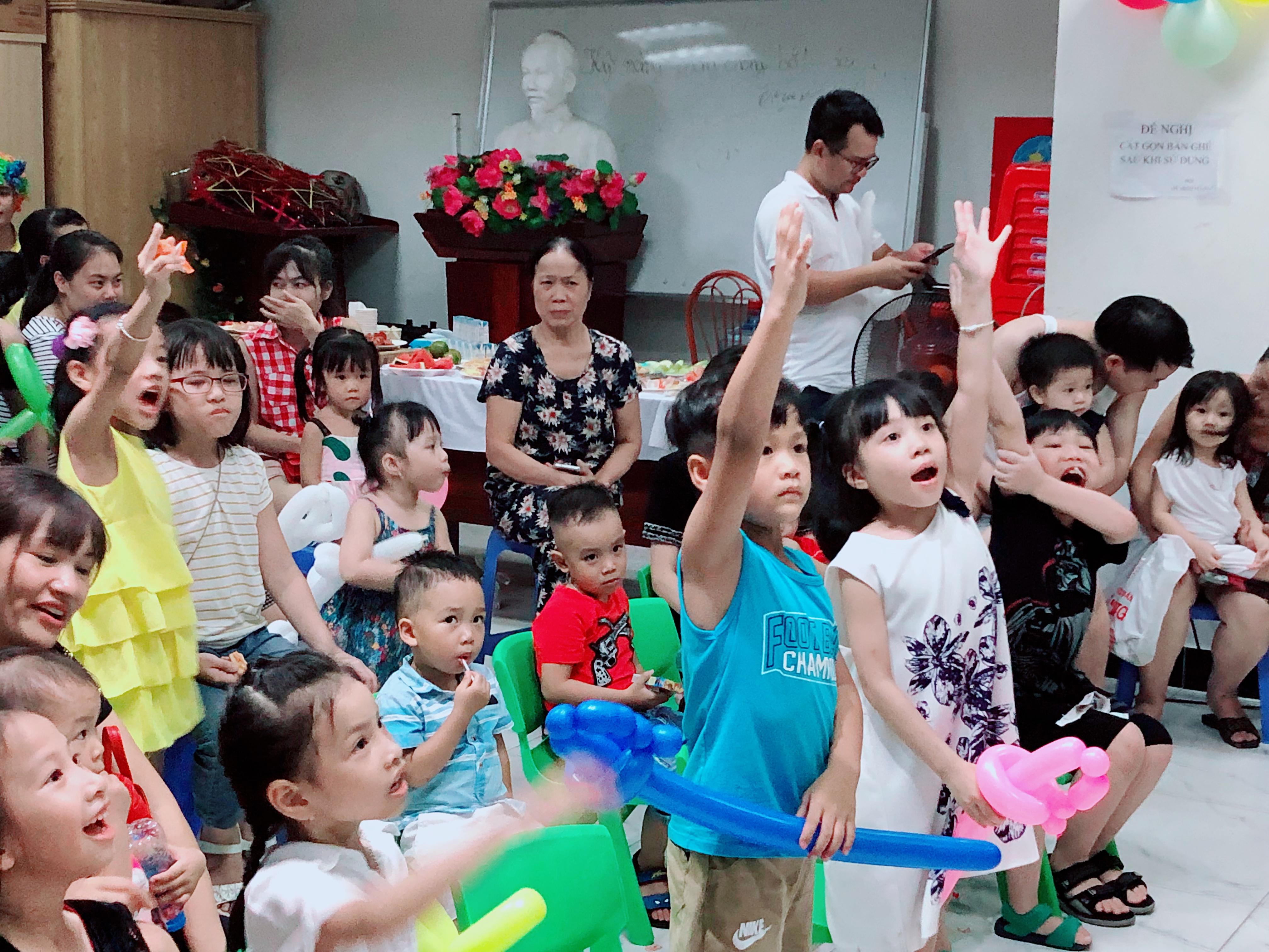 Các em nhỏ tham gia gameshow cùng chú cuội