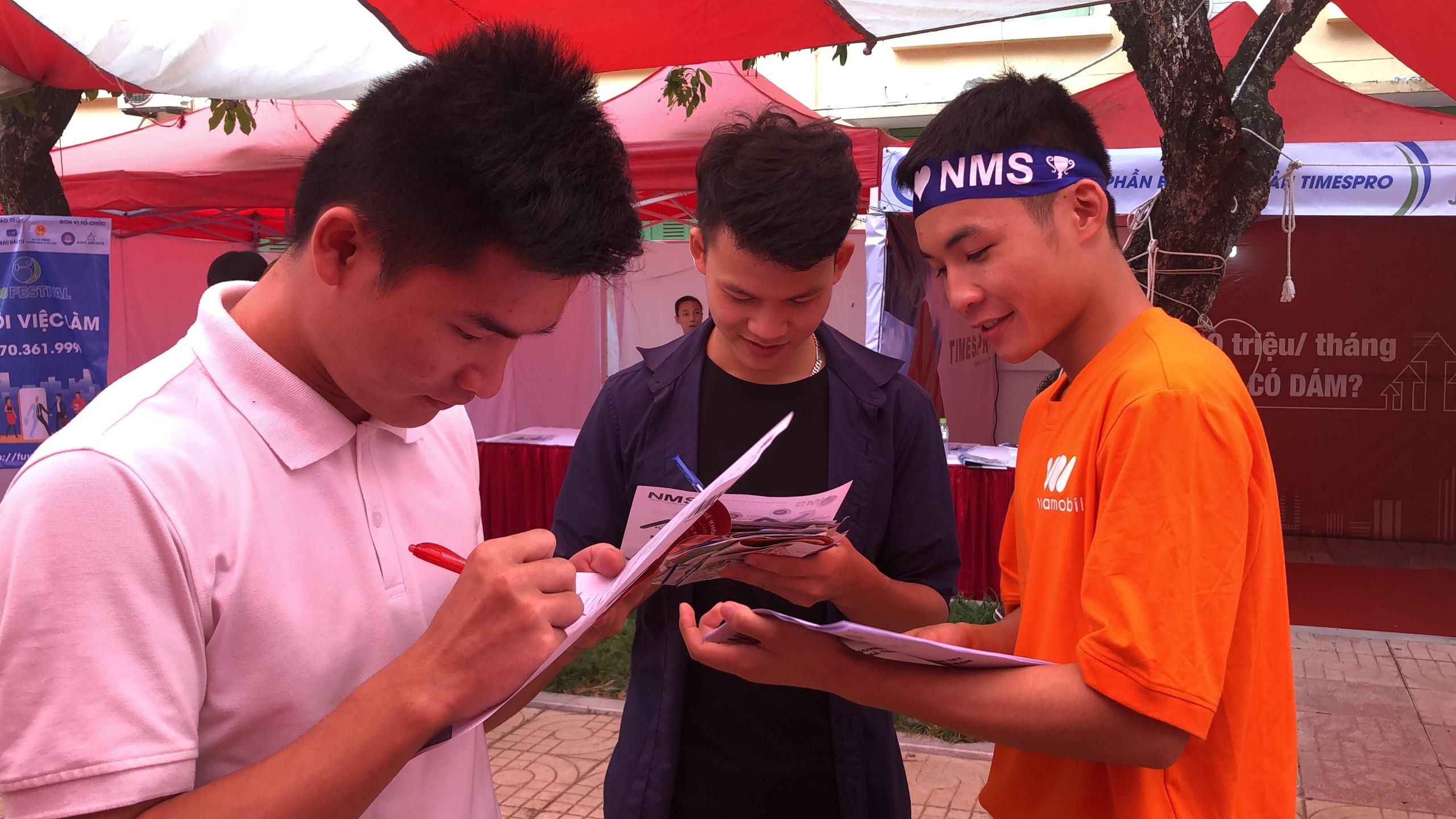 Nhân viên NMS tư vấn công việc cho các bạn sinh viên